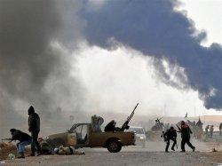 """Хроники Ливии: Авиация верная ливийскому """"черному полковнику"""" Каддафи разбомбила нефтяные хранилища на востоке страны."""