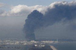 Аварийные атомные станции в Японии вышли из-под контроля людей... Реакторы дымят и выбрасывают радиацию!!!