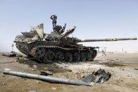 """Победить Каддафи мятежникам мешают """"российские танки Т-92""""???"""