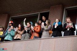 В Запорожье самооборона, украинские козаки, добровольцы целые сутки несут охрану здания Запорожской ОГА и областного совета.