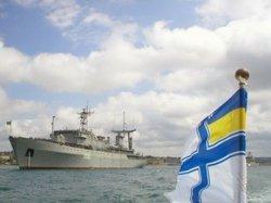 В Запорожье в знак солидарности с моряками украинских ВМФ над Запорожской ОГА вывешен их флаг!!!