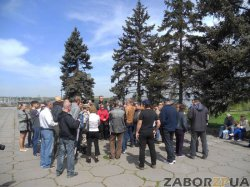 Сепаратисты в Запорожье ведут себя скромно после того, как перед Пасхой их забросали яйцами Запорожцы!